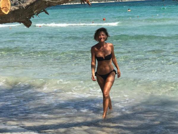 Qara bikinidə verdiyi pozalarla göz qamaşdırdı - FOTO