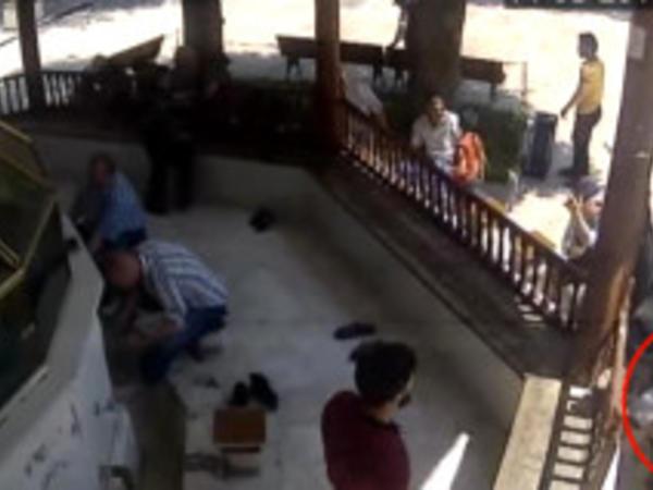 Üzeyir məsciddə dəstəmaz alan qaynını öldürdü - VİDEO