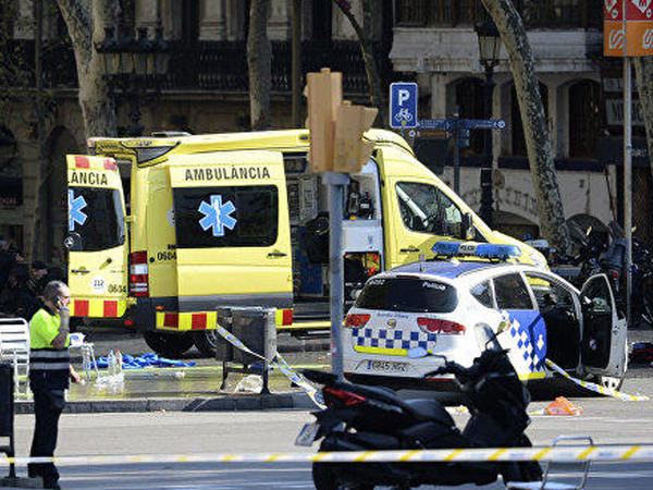 Barselonada avtomobil üç polisi vurub