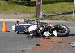 """Bakıda minik avtomobili motosikletlə toqquşdu: <span class=""""color_red"""">ölən var</span>"""