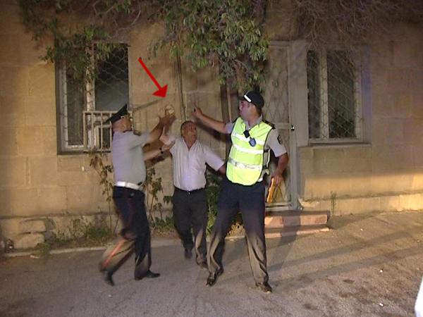 Bakıda sürücü yol polisinə hücum cəkdi - FOTO