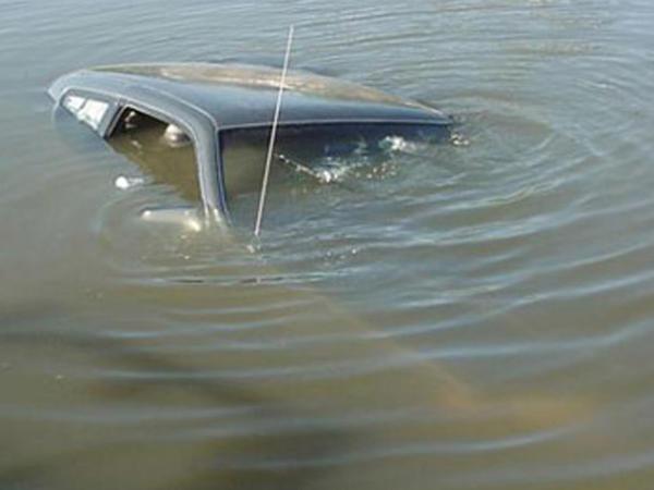 Ağdaşda avtomobil kanala düşüb