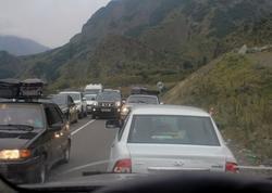Azərbaycanın cənubunda yol dağıldı: bir neçə kilometrlik tıxac yarandı - FOTO