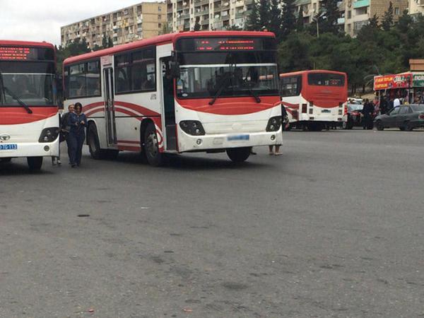 Bakıda sürücü avtobusu görün hardan sürdü - VİDEO