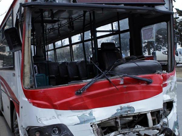 """Bakıda sərnişin avtobusu qəzaya uğrayıb: <span class=""""color_red"""">yaralı var</span>"""