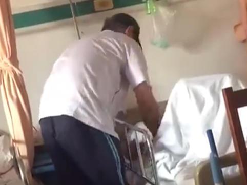 Oğul 86 yaşlı xəstə atasını döydü - VİDEO - FOTO