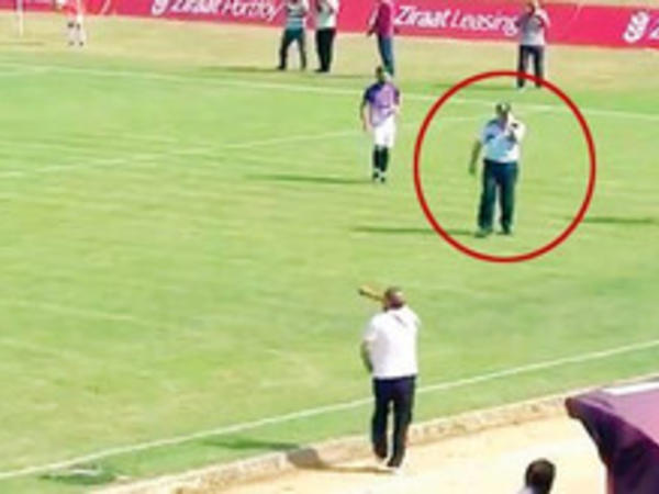 Türkiyədə futbol matçı zamanı telefonla danışan polis meydana girdi- VİDEO