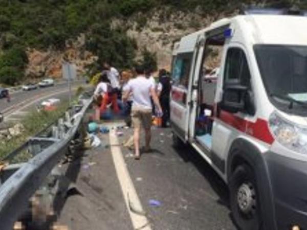 Türkiyədə turist avtobusu yük maşını ilə toqquşdu