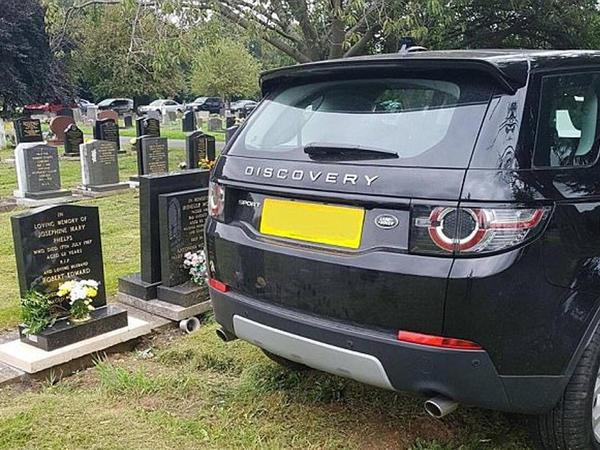 Tərbiyəsizlik: Land Rover-i məzarın üzərində saxladı - FOTO