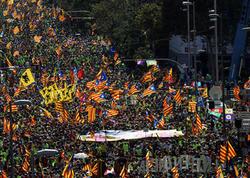 Minlərlə insan küçələrə axışdı: böyük Kataloniya nümayişi - FOTO