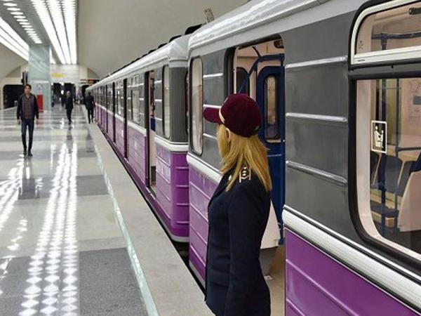 Bakı metrosunda qızı geyiminə görə döydülər - VİDEO