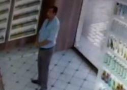 Bakıda müştəri eynək satılan dükandan telefon oğurladı - VİDEO