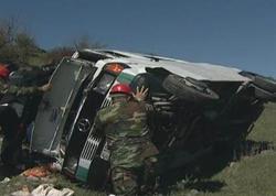 Biləsuvarda fəhlələri daşıyan mikroavtobus aşıb, yaralananlar var