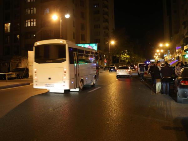 Yevlaxda xadimələri daşıyan avtobus qəzaya uğrayıb