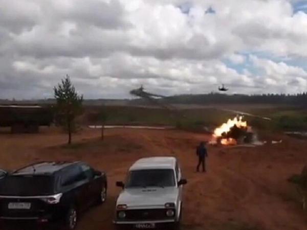 Hərbi təlimlərdə vertolyot tamaşaçılara raket zərbəsi endirdi - VİDEO