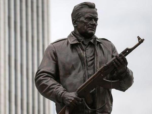 Moskvada Kalaşnikovun heykəli ucaldıldı - FOTO