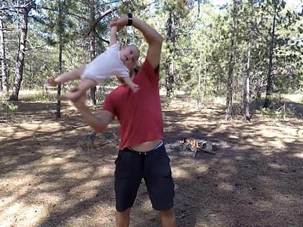 Şok kadrlar: ata 4 aylıq qızının ayaqlarından tutub fırladı - VİDEO - FOTO