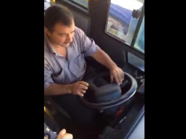 Bakıda avtobusun qapısını açıq qoyan sürücü işdən qovuldu - VİDEO