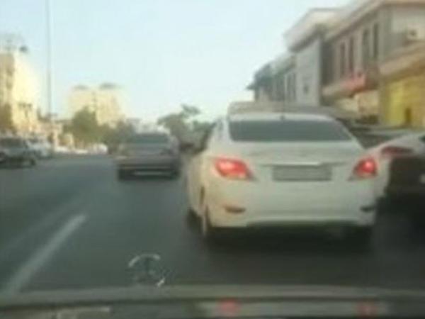 """Avtomobili yolunu ortasında saxlayıb, <span class=""""color_red"""">camaatı borclu çıxarır - VİDEO</span>"""