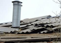 Güclü külək yaşayış binasının dam örtüyünü uçurub