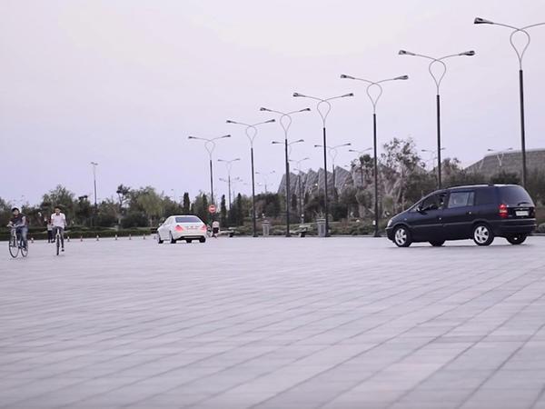 Bulvarın avtomobil dayanacağı piyadalar üçün təhlükədir - VİDEO