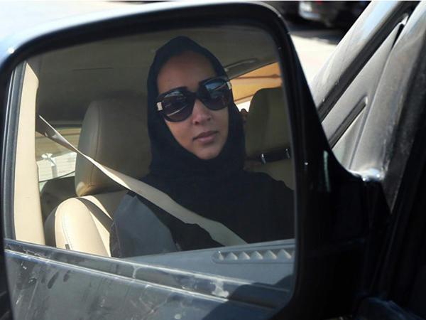 Səudiyyə Ərəbistanında qadınların avtomobil sürməsinə icazə verildi