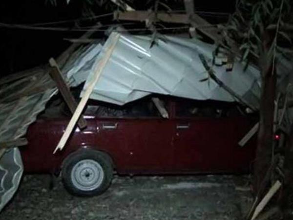 Masallıda güclü külək binanın damını uçurdu - VİDEO