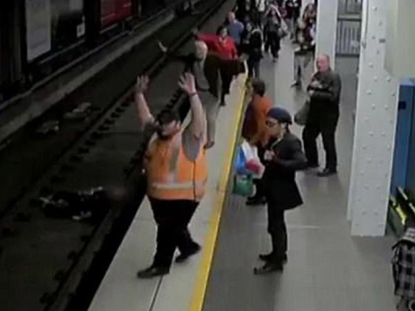 Şok kadrlar: metroda relslərin arasına düşdü - VİDEO - FOTO