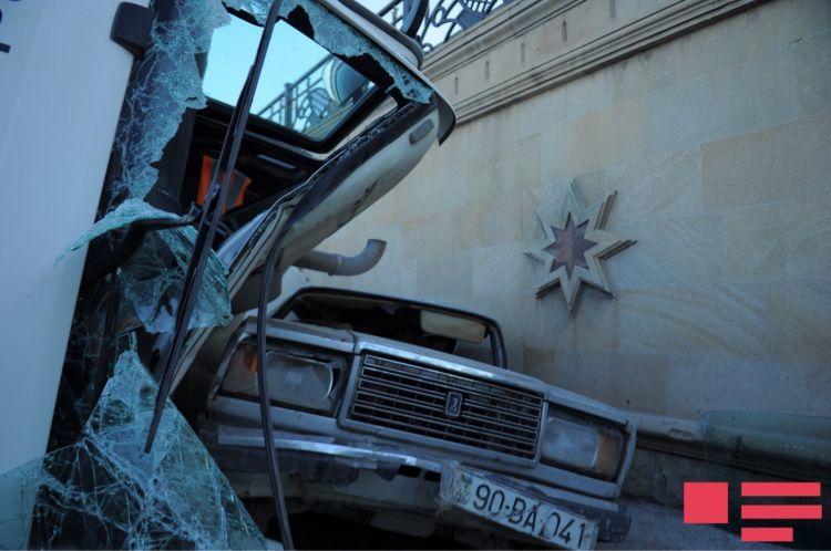 Bakıda DƏHŞƏTLİ QƏZA: Betonqarışdıran maşın minik avtomobilinin üstünə aşdı - FOTO