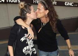 41 yaş kiçik sevgilisiylə öpüşməkdən doymadı - FOTO