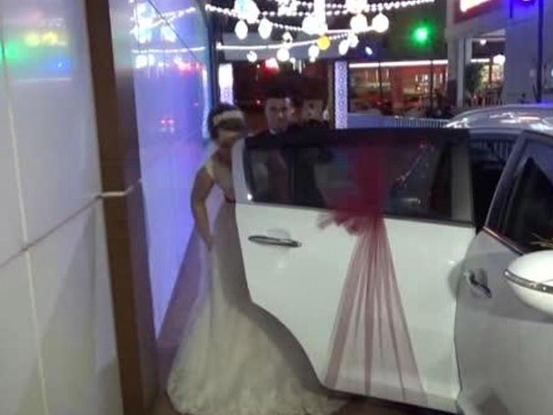 Qaynatasının qızı üçün maşın alacağını eşidən bəy toyu tərk etdi