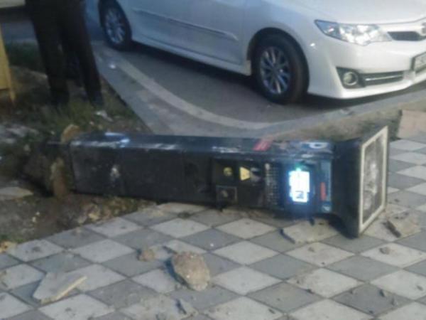Bakıda sərxoş kişi parkomatı sındırdı: Hadisə anbaan kameraya belə düşdü - VİDEO