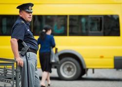 """6 məktəbli hərəkətdə olan mikroavtobusdan yıxıldı - <span class=""""color_red"""">Gürcüstanda faciə</span>"""