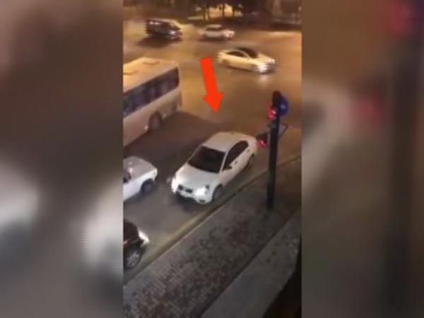 Bu görüntülər Bakıda çəkildi: Sürücünün hərəkəti sizi şoka salacaq - VİDEO