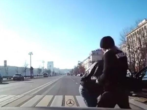 Piyadanı keçiddə vuran sürücünü döydülər - VİDEO