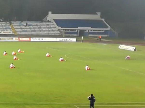 """Futbolçular """"oturaq aksiya"""" keçirdilər - VİDEO - FOTO"""