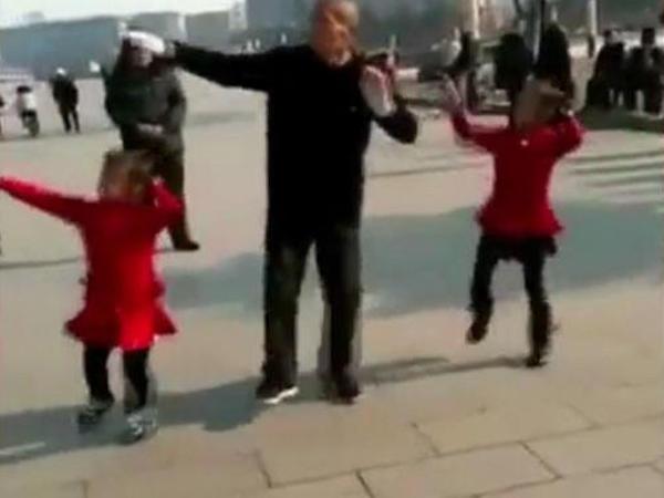 83 yaşlı babanın nəvələri ilə RƏQSİ - VİDEO