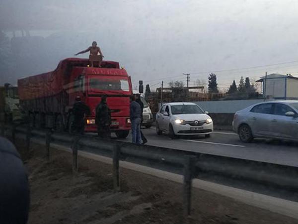 Çılpaq şəxs yola çıxıb qaçdı - FOTO