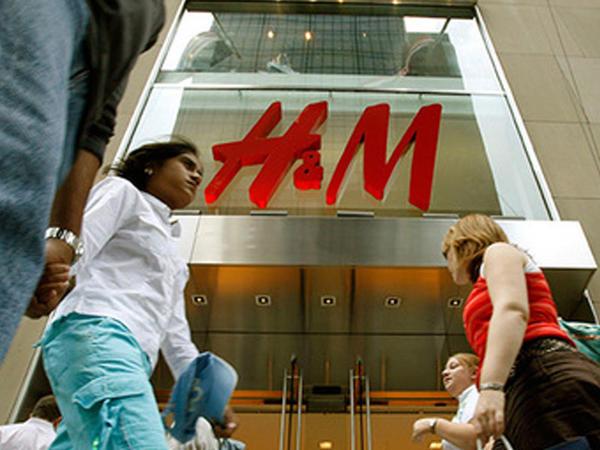 """H&M zəhərli paltar satır? - tonlarla geyim <span class=""""color_red"""">gizlicə yandırılır - VİDEO - FOTO</span>"""