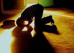 İnsan məğrib namazını dörd rükət qılıb, bitirəndən sonra bunu anlayıbsa, nə etməlidir?
