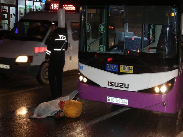 Bakıda avtobus piyada zolağından keçən qadını vurub öldürdü - FOTO