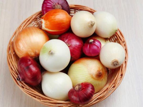 """Hansı soğan daha faydalıdır: <span class=""""color_red"""">sarı, ağ yoxsa qırmızı?</span>"""