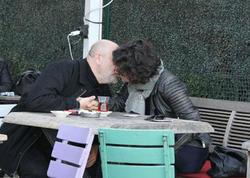 14 yaş kiçik sevgilisi ilə hər kəsin gözü qarşısında öpüşdü - FOTO