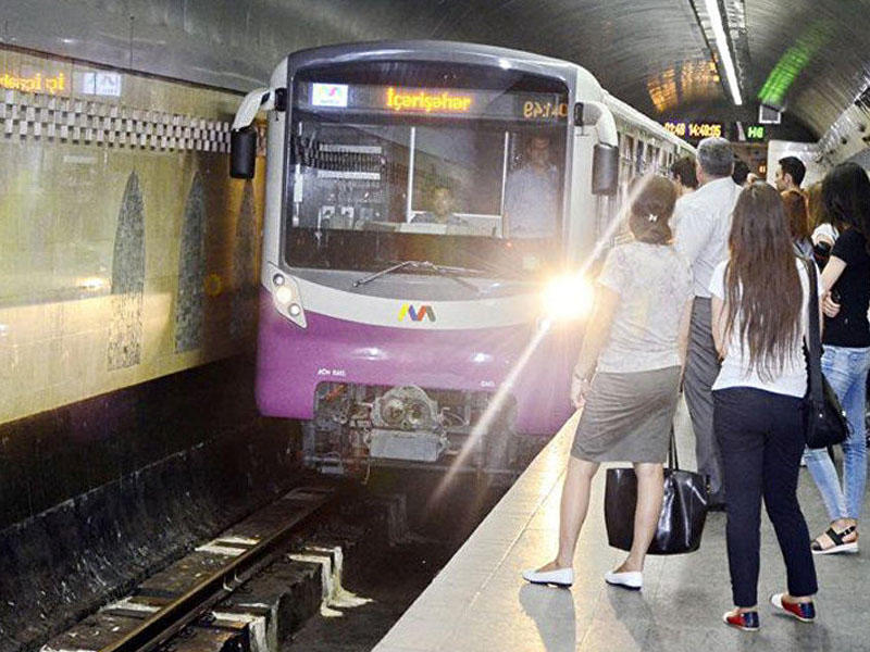 Bakıda gənc oğlan metroda qatar relsinə yıxıldı - YENİLƏNİB