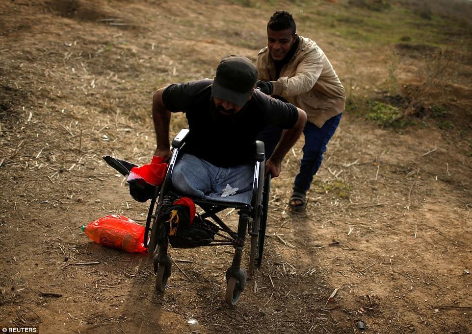 İsrail əsgərləri iki ayağı olmayan fələstinli əlili güllələdi – Foto