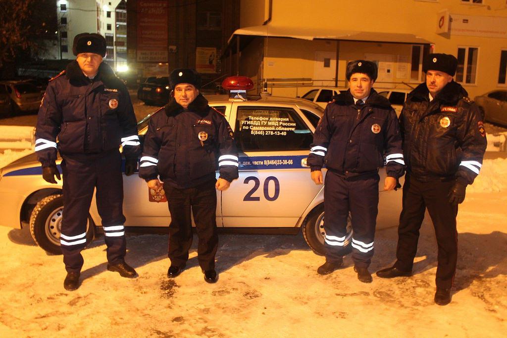 Rusiyada yük maşını qarda batıb qalmış azərbaycanlı sürücü polisin köməkliyi ilə yoluna davam edib - FOTO
