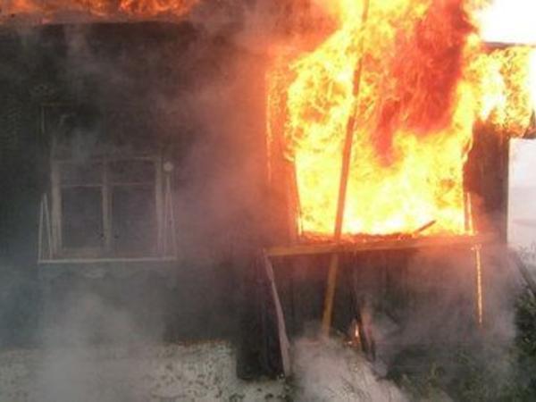 Ağsuda 4 otaqlı ev yandı
