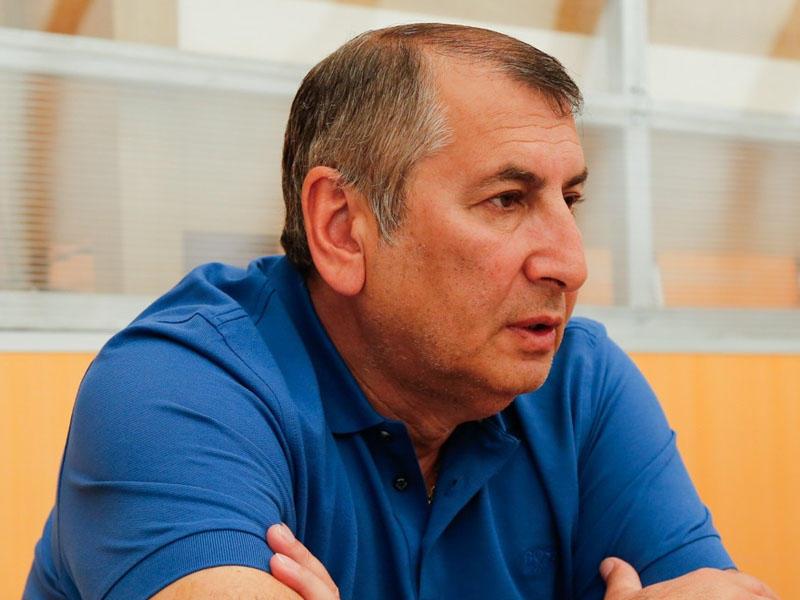 Qarayev veteran futbolçunu Bakıya gətirdi
