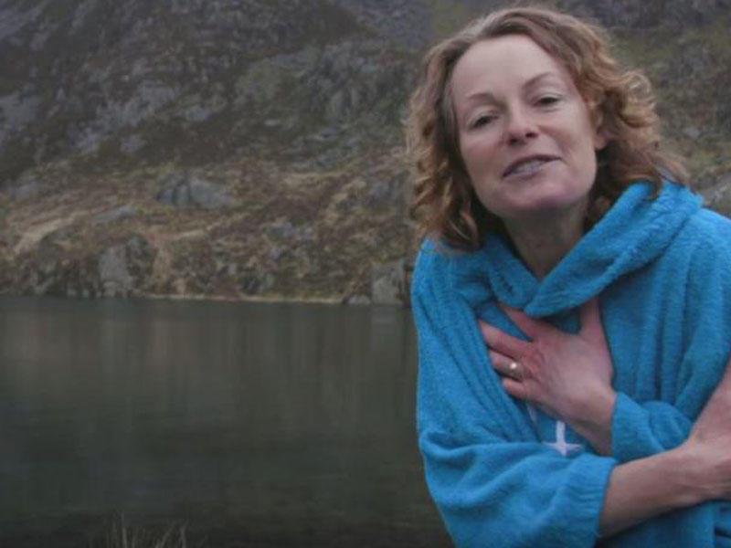 BBC-nin aparıcısı verilişdə soyunub gölə girdi - FOTO