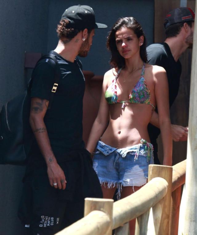 Neymar evlilik təklif etdiyi üçün ayrılmaq istəyən qızla öpüşməkdən doymadı - FOTO